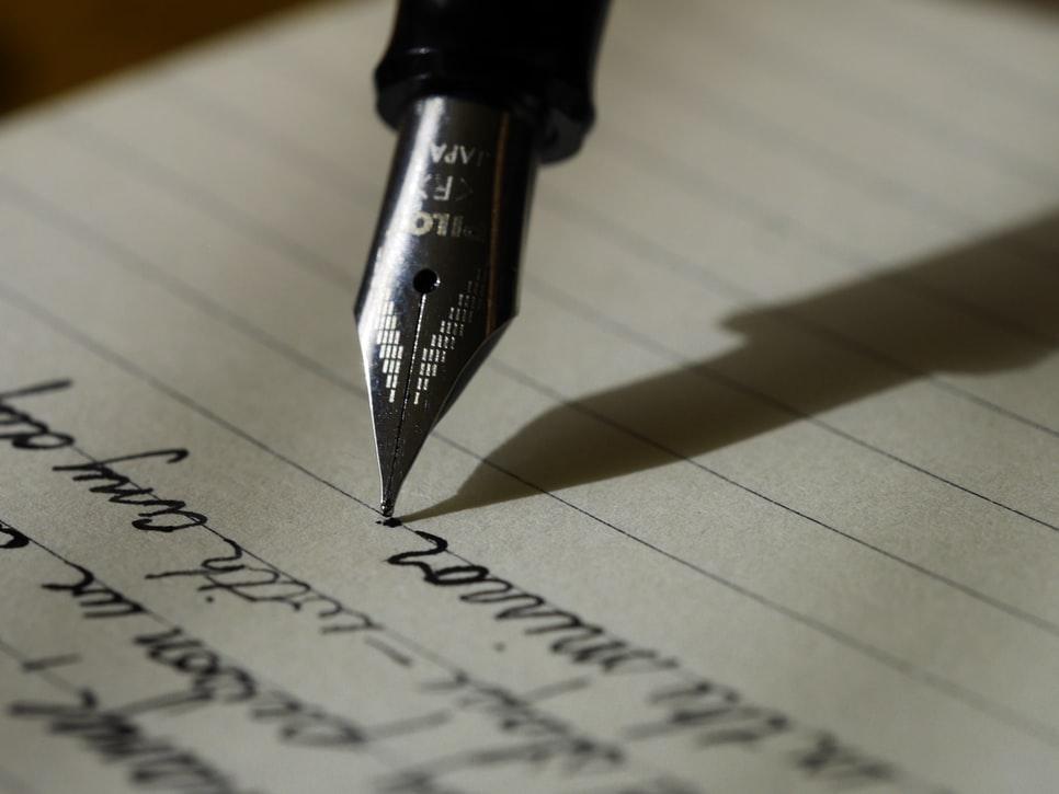 текст пише чорнильна ручка
